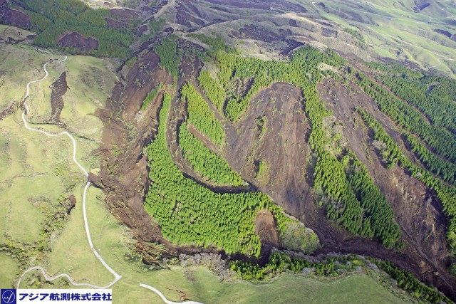 Images of other landslides from the Kumamoto earthquakes ...