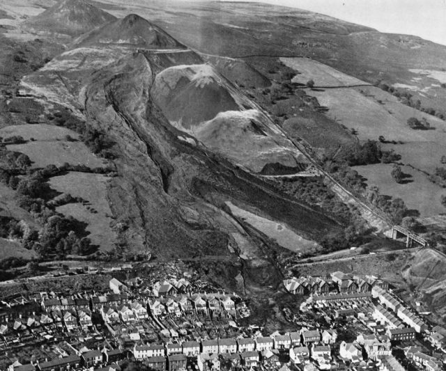 The Aberfan Disaster: Aerial photograph from the east on the day of the disaster, image from the official tribunal